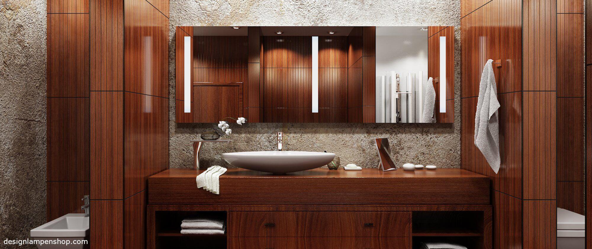 Modernes Bad mit Spiegellampen
