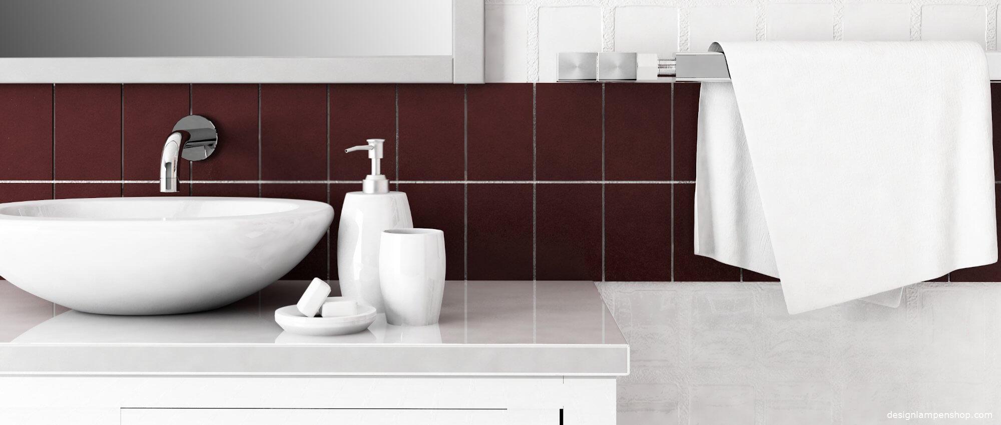 Badezimmer mit modernem Waschbecken und Handtuchhalter