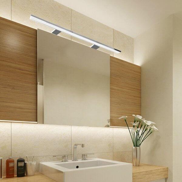 Die Spiegelleuchte: Licht im Badezimmer punktgenau platziert