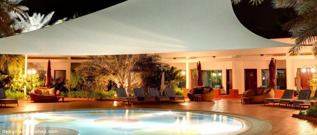 Beleuchteter Pool im Garten - Licht ist eine wichtige Stimmungsquelle