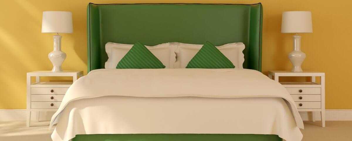Bett mit Nachttischlampen