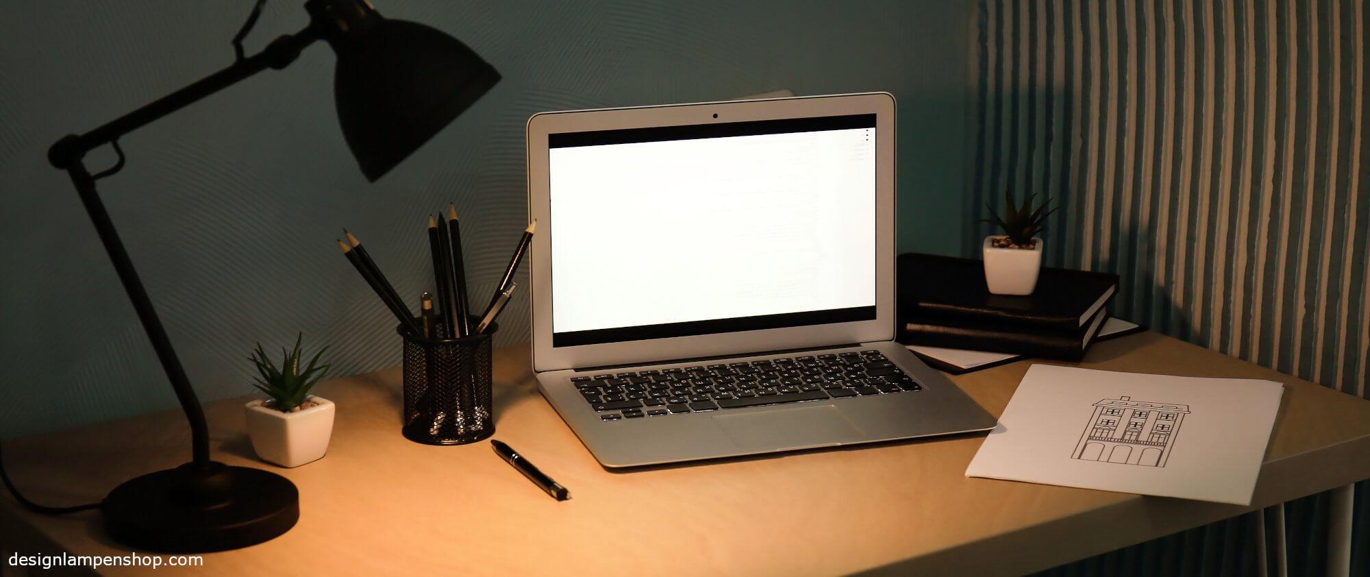 Schreibtisch mit Laptop und Schreibtischlampe