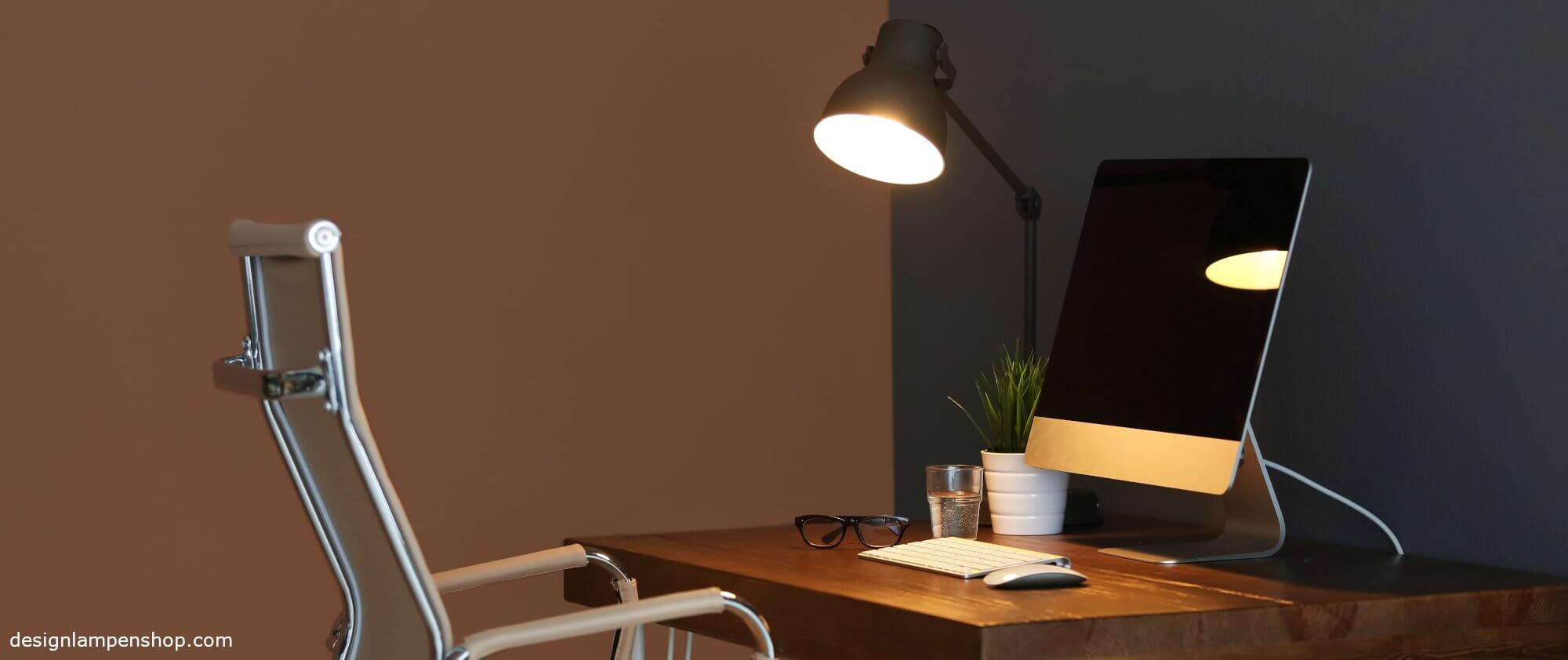 Schreibtischlampe auf Schreibtisch
