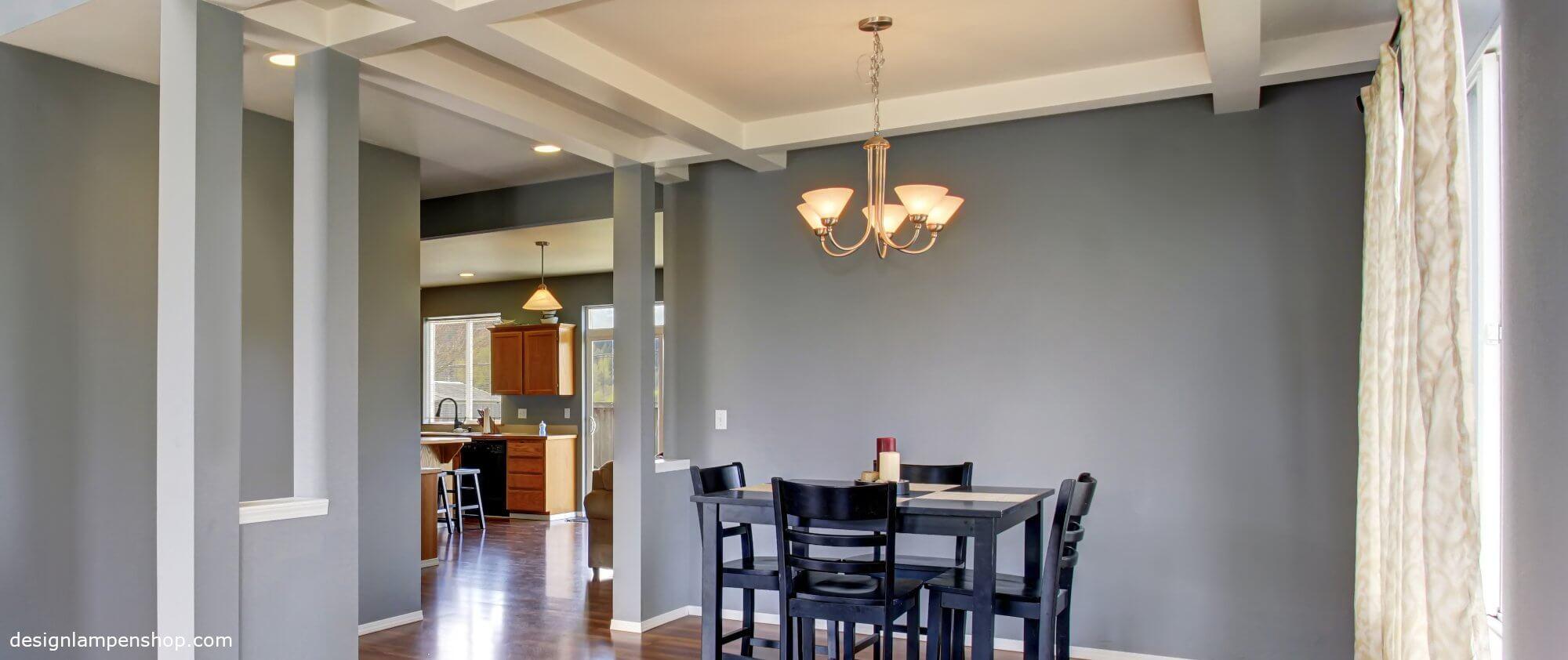 Unterschiedliche Deckenlampen in Wohnung